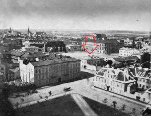 W prześwicie między budynkami widoczne Stajnie Saskie. Rok 1858.