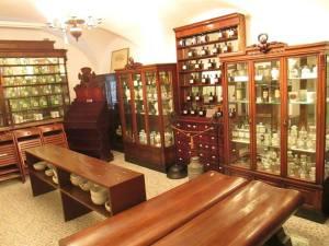 Meble pochodzące z XIX wiecznych aptek.