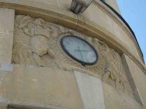 W górnej części fasady widać płaskorzeźby dłuta Zygmunta Otta.