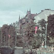 Adolf Hitler przyjmuje defiladę w dniu 5 października 1939. W głębi widoczna kamienica Taubenhausa.