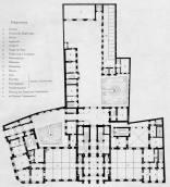 Wejście główne prowadziło do obszernego holu, skąd na prawo i na lewo były wejścia do olbrzymich sal biurowych. Ich potrójne nawy przedzielone były żeliwnymi kolumnami. Przez salę na prawo przechodziło się do gabinetu Kronenberga, a stąd schodami można było przejeść do apartamentów barona na I piętrze. Dalej za holem na wprost, oddzielna od niego podwójną kolumnadą, znajdowała się reprezentacyjna klatka schodowa ze schodami z marmuru kararyjskiego, przyozdobiona kutymi kandelabrami i balustradami. Klatkę doświetlał szklany dach Główny wjazd do budynku znajdował się od strony ulicy Królewskiej. Powóz zatrzymywał się na pierwszym podwórku, gdzie wysiadała baronowa Ernestyna, skąd mogła skierować się do swoich apartamentów ulokowanych w lewej części budynku na I piętrze. Dalej powóz przejeżdżał do następnego środkowego podwórka, gdzie wysiadał baron i kierował się na prawo ku schodom połączonym z jego gabinetem i apartamentem na I piętrze, w prawej części budynku. Budynek posiadał jeszcze trzecie podwórko z tyłu, gdzie mieściły się budynki gospodarcze (między innymi stajnie oraz pokoje stangretów)
