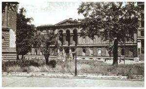 Pałac Kronenberga - Widok wypalonych murów Pałacu w roku 1945.