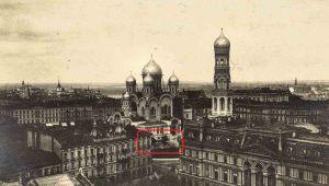 Plac Saski na początku XX wieku. Sosny zaznaczone na czerwono.