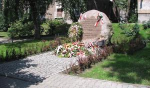 Głaz na miejscu pałacyku Karola Michlera, upamiętniający obronę budynku w czasie Powstania Warszawskiego.