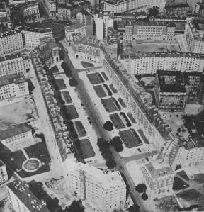 """Sąsiad budynku nr 3 (po prawej jego stronie, patrząc od byłej ulicy 6-sierpnia w kierunku do Koszykowej) został zaprojektowany przez Feliksa Michalskiego w stylu wczesnego modernizmu z elementami neorenesansowymi i neobarokowymi.  Charakterystyczna dla budynku była loggia, wzorowana na włoskich pałacach epoki Odrodzenia. Budynek w dobrym stanie przetrwał wojnę i """"przeżył"""" dłużej od sąsiada po lewej, bo aż do 1961 roku. Na zdjęciu widoczne prawie gotowe osiedle """"Latawiec"""". Osamotniona kamienica po prawej to kamienica Służewska 5. Fragment wystroju fasady ze wspomnianą loggią widoczny jest na zdjęciach publikowanych przez portal Gazety Wyborczej http://warszawa.gazeta.pl/warszawa/51,34880,8070565.html?i=0"""