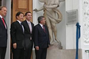 Odsłonięcie pamiątkowej tablicy dotyczącej rozmów polsko-chińskich. 2012 r. Źródło: www.prezydent.pl