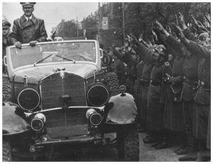 Przejazd Hitlera Alejami Ujazdowskimi 5 października 1939 roku. W tyle samochodu kamerdyner Hitlera – Heinz Linge.