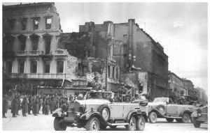 Samochód Hitlera na skrzyżowaniu Marszałkowskiej i Alej Jerozolimskich 5 października 1939 roku.