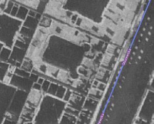 """Budynek w dość dobrym stanie przetrwał wojnę. Uszczerbku doznało jedynie """"nowe"""" piąte piętro. Niestety nowa władza nie bardzo kochała secesję i budynek rozebrano jeszcze w roku 1946."""