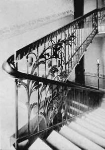 Widok klatki schodowej na zdjęciach w 1905 roku.