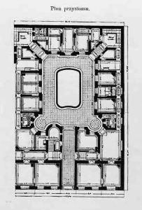 """Rzut tzw. """"przyziomu"""" czyli parteru budynku. Widać dość długi przejazd bramny. Na lewo od przejazdu znajduje się główna klatka schodowa. Klatki schodowe dla służby umieszczone są w rogach pomiędzy oficynami bocznymi a oficyną tylną. Na środku podwórka widoczny """"zbiornik z wodotryskiem"""""""