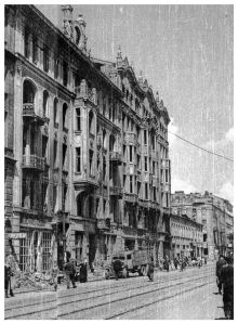 Marszałkowska w roku 1945. Pierwsza od lewej - kamienica Marszałkowska 81, druga Marszałkowska 81A.
