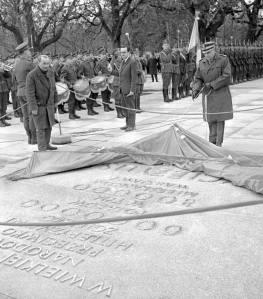 7 maja 1965 marszałek Marian Spychalski odsłania pierwszy element monumentu - tablicę na Osi Saskiej. Zdjęcie pochodzi ze strony http://www.archirama.pl/