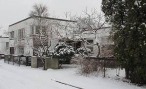 Eksperymentalna kolonia atrialnych domów architektów w Warszawie - ulica Jedlińska. Jeden z domków został nadbudowany.