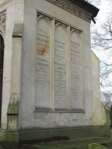 Informacja o osobach pochowanych w kaplicy.