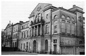 Nowy budynek konserwatorium w roku 1937. Nowy budynek dobudowano do Pałacu Ostrogskich. Widok od strony ulicy Okólnik.