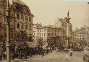 Plac Zamkowy na początku XX wieku. Pod brukiem znajdują się zapomniane fragmenty mostu gotyckiego, prowadzącego do Bramy Krakowskiej.