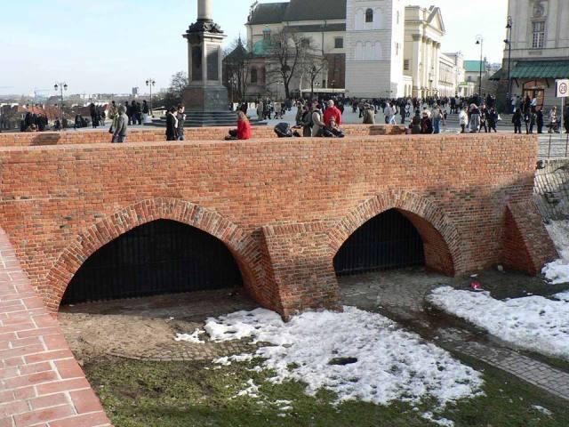 Pozostałości gotyckiego mostu, wiodącego do Bramy Krakowskiej. Foto: Krzysztof Dudzik