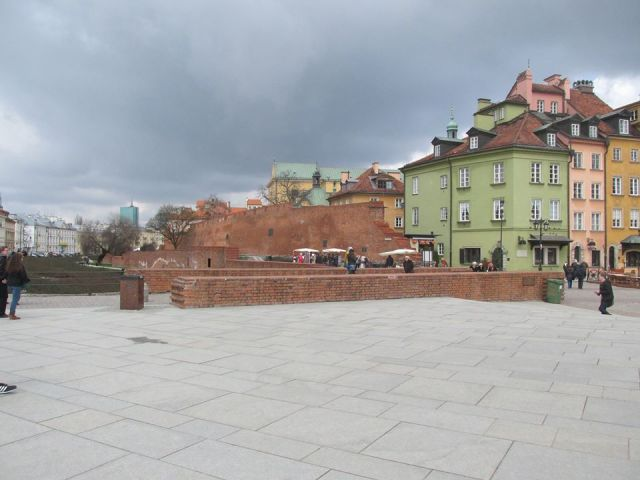 Pozostałości gotyckiego mostu, wiodącego do Bramy Krakowskiej.