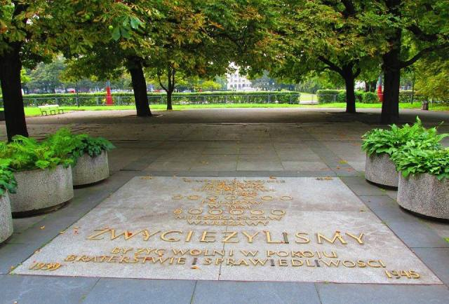 Tablica w Ogrodzie Saskim - pierwszy element monumentu.