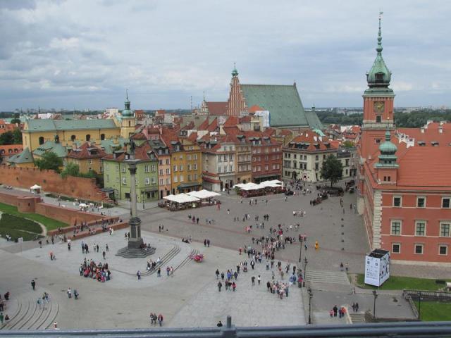 Widok Placu Zamkowego z wieży kościoła Świętej Anny. Na bruku widoczne zaznaczenie dawnego przebiegu murów oraz bramy.