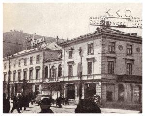 Skrzyżowanie Marszałkowskiej i Alej Jerozolimskich po roku 1935. Na willi widoczna reklama Komunalnej Kasy Oszczędności.
