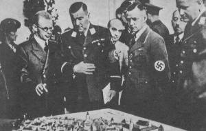 Friedrich Pabst (w okularach) przedstawia swój plan niemieckim dygnitarzom.