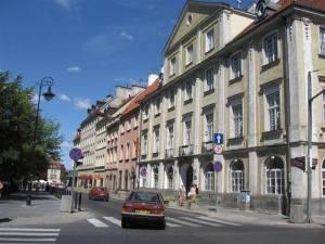 Front pałacu Małachowskich znajdował się od strony Krakowskiego Przedmieścia a nie Senatorskiej. Na zdjęciu - widok pałacu od ulicy Senatorskiej.
