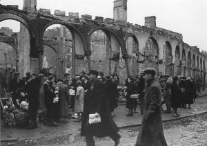 Koniec 1939/początek 1940. Ruiny Gościnnego Dworu. Żydzi jeszcze handlują produktami żywnościowymi.