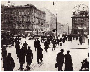 Skrzyżowanie Marszałkowskiej i Alej Jerozolimskich przed 1935 rokiem. Po prawej narożnik willi Marconiego z reklamą browaru Haberbusch i Schiele