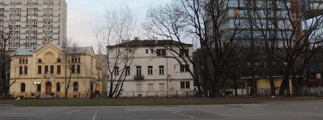 Synagoga Nożyków i biały budynek.