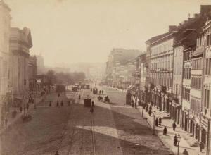 Ulica Miodowa jeszcze nie łączy się z Krakowskim Przedmieściem. Połączenie zostało przebite w latach 1886-1888.