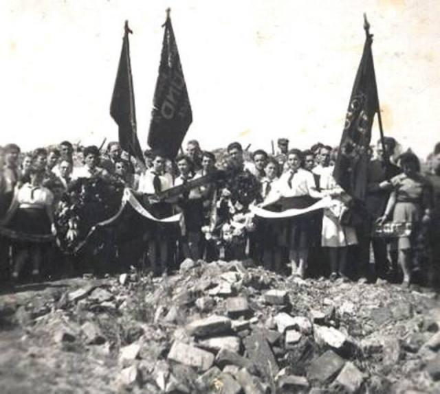 Uroczystość na gruzach bunkra Mordechaja Anielewicza w ruinach Getta, w trzecią rocznice Powstania w Getcie Warszawskim
