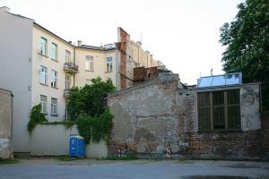 Współczesne zdjecie tylnej strony oficyny tylnej kamienicy Smolna 36. Po prawej widoczne okna pracowni Karola Tchorka.
