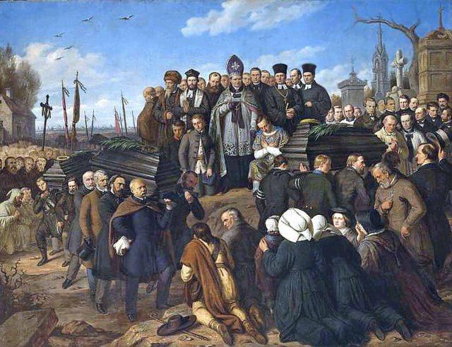 Duchowni katolicy, protestanccy oraz rabini na Cmentarzu Powązkowskim modlą się nad mogiłą poległych.