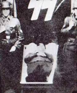 Franz Kutschera - na zdjęciu po środku.