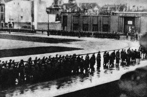 Kondukt z ciałem Kutschery przechodzi ulicami miasta. Mimo, że z trasy przejazdu konduktu usunięto wszystkich Polaków, żołnierzowi podziemia, Andrzejowi Englertowi udało się wykonać serię zdjęć.