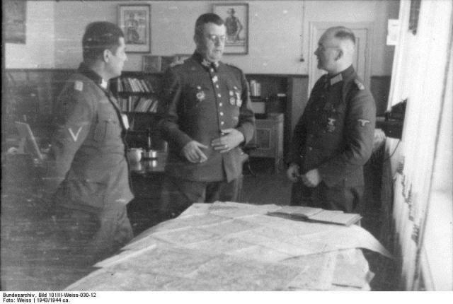 Od lewej - Frantz Kutscera, Erich von dem Bach-Zelewski oraz nieznany urzędnik.