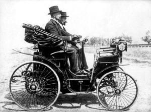 Stanisław Grodzki w jednym z pierwszych samochodów, jeżdżących po ulicach Warszawy.