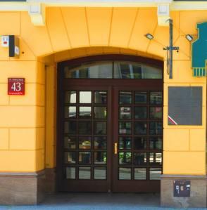 Tu mieszkał Jerzy Szajnowicz Iwanow. Po prawej stronie widoczna tablica upamiętniająca superszpiega.