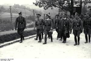 Wizyta Heinricha Himmlera w obozie koncentracyjnym Mauthausen-Gusen w 1941. w długim płaszczu, gauleiter Karyntii Franz Kutschera.