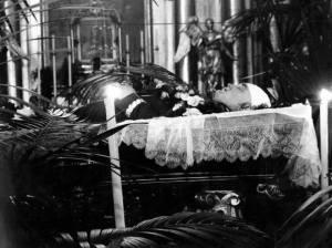 Ciało ministra wystawione w czasie ceremonii pogrzebowej.