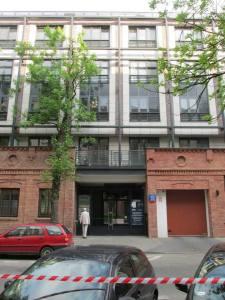 Część murów dawnego zakładu Bracia Łopieńscy wkomponowano w bryłę nowego apartamentowca.