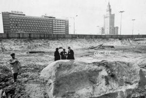 Głaz narzutowy, wydobyty w czasie budowy hotelu Forum. Rok 1972. Zdjęcie ze zbiorów Polskiej Akademii Nauk.