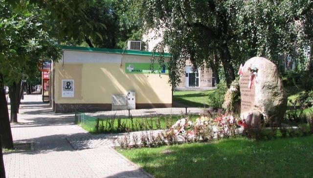 Głaz pamiątkowy w miejscu Pałacyku Michla.