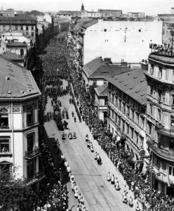 Kondukt pogrzebowy z ciałem ministra przechodzi ulicą Nowy Świat. Bronisław Pieracki został pochowany w Nowym Sączu.