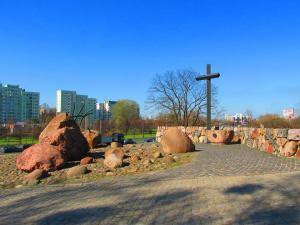 Służew. Pomnik Męczenników Terroru Komunistycznego 1944-1956. . Do stworzenia pomnika wykorzystano głazy narzutowe.