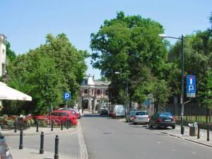 Ulica Foksal. Na jej wschodnim końcu, 15 czerwca 1934 roku, dokonano zamachu na ministra spraw wewnętrznych II RP, Bronisława Pierackiego.