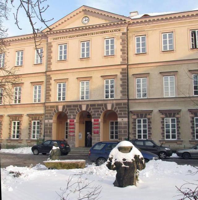 Fragmenty bramy z roku 1809 można zobaczyć, na dziedzińcu Instytutu Głuchoniemych imienia Jakuba Falkowskiego.