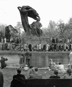 11 maja 1958, prawie osiemnaście lat po zniszczeniu, pomnik Chopina powrócił na miejsce, w którym stał przed wojną.